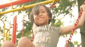 Красивая маленькая девочка отбрасывая на качании сток-видео
