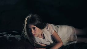 Красивая маленькая девочка просыпает вверх Темная предпосылка социальный проект волосы длиной Silken листы Конец-вверх confused видеоматериал