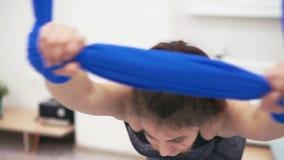 Красивая маленькая девочка протягивая гамак фитнеса сток-видео