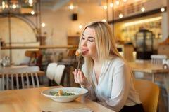 Красивая маленькая девочка сидя в ресторане Стоковое Фото