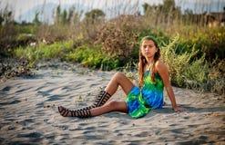 Красивая маленькая девочка сидя на пляже Стоковое Фото