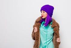 Красивая маленькая девочка с пурпурными волосами в куртке стоковое изображение rf