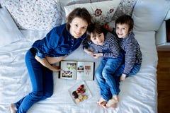 Красивая мама и 2 дет, мальчики, лежащ на кровати, есть s Стоковое Изображение RF