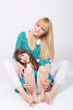 Красивая мама и дочь обнимая и усмехаясь Стоковая Фотография