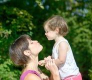 Красивая мама объятие к ее дочери стоковая фотография