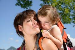 Красивая мама объятие к ее дочери стоковые изображения