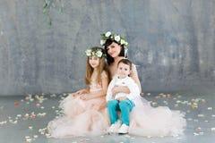Красивая мать в платье вечера персика с ее детьми, Днем матери, сыном и дочерью стоковые фото