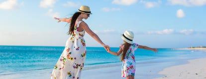 Красивая мать и ее прелестная маленькая дочь Стоковые Изображения