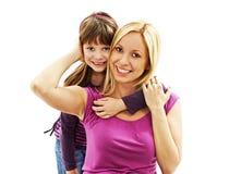 Красивая мать и дочь обнимая один другого Стоковые Изображения