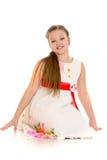 Красивая маленькая девочка в белом платье сидя дальше Стоковая Фотография RF