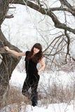 Красивая маленькая девочка в лесе зимы Стоковые Изображения RF
