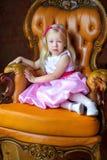 Красивая маленькая девочка в длинном розовом платье стоковое изображение rf