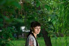 Красивая маленькая девочка в парке стоковое изображение