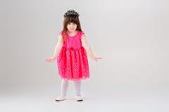 Красивая маленькая девочка в розовом платье принцессы при крона пробуя t Стоковое Изображение RF