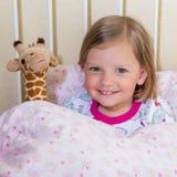 Красивая маленькая девочка в шпаргалке Стоковое Изображение RF