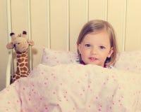 Красивая маленькая девочка в шпаргалке Стоковая Фотография RF