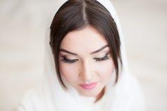 Красивая маленькая девочка в hijab закрыла ее глаза стоковое изображение rf