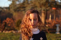 Красивая маленькая девочка в Sidelight Стоковая Фотография RF