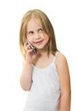 Красивая маленькая девочка говорит на мобильном телефоне стоковая фотография rf