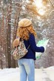 Красивая маленькая девочка держа карту в ее руках, нося голубой jack Стоковая Фотография RF