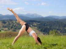 Красивая маленькая девочка делая тренировку йоги Стоковое фото RF