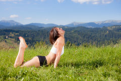 Красивая маленькая девочка делая тренировку йоги Стоковое Изображение