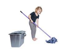Красивая маленькая девочка делая чистку весны с Mop и ведром Стоковые Изображения