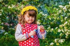 Красивая маленькая девочка играя с пузырями мыла Стоковые Фотографии RF