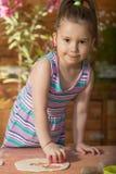 Красивая маленькая девочка имея варить потехи Стоковая Фотография