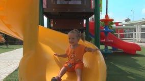 Красивая маленькая девочка идет для привода на холме детей видеоматериал