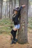 Красивая маленькая девочка идя в лес осени Стоковое Изображение