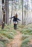 Красивая маленькая девочка идя в лес осени Стоковое фото RF