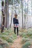 Красивая маленькая девочка идя в лес осени Стоковые Изображения
