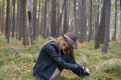 Красивая маленькая девочка идя в лес осени Стоковая Фотография RF