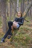 Красивая маленькая девочка идя в лес осени Стоковые Изображения RF