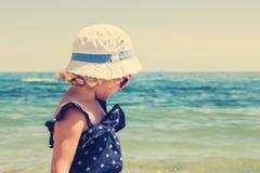 Красивая маленькая девочка на предпосылке моря изображение подкрашивано Стоковая Фотография