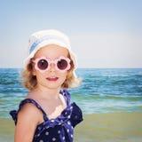 Красивая маленькая девочка на предпосылке моря Стоковое Изображение