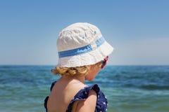 Красивая маленькая девочка на предпосылке моря Стоковое фото RF