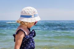 Красивая маленькая девочка на предпосылке моря Стоковые Фотографии RF