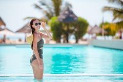 Красивая маленькая девочка ослабляя в бассейне outdoors Стоковое Изображение