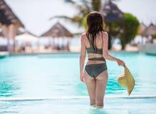 Красивая маленькая девочка ослабляя в бассейне outdoors Стоковое Изображение RF