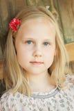 Красивая маленькая девочка ослабляя outdoors Стоковые Фото