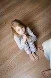 Красивая маленькая девочка просит прощение стоковая фотография rf