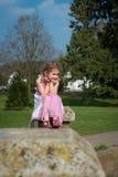 Красивая маленькая девочка смотря вне на парке стоковое фото rf