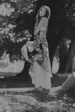 Красивая маленькая девочка среди парка стоковое изображение