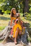 Красивая маленькая девочка среди парка стоковое изображение rf