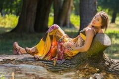 Красивая маленькая девочка среди парка стоковая фотография rf