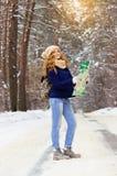 Красивая маленькая девочка стоя на дороге и держа карту в ее руках, нося синем пиджаке и с сумкой на ей назад Стоковые Фото