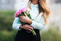Красивая маленькая девочка с букетом розы пинка цветет стоковые фотографии rf