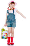 Красивая маленькая девочка с ведром яблок Стоковое Изображение